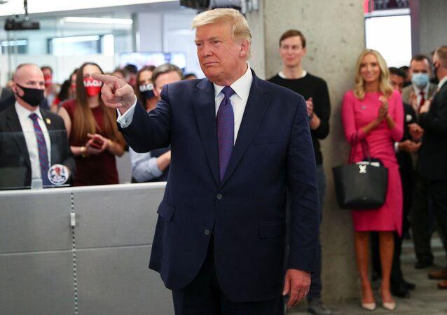 Presidente dos EUA, Donald Trump, visita sede de sua campanha em Virginia