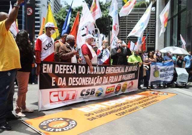 Carlos Zarattini, deputado federal PT/SP e candidato a vice-prefeito de São Paulo na chapa de Jilmar Tatto (PT), participa de ato de centrais sindicais e empresários por desoneração da folha de pagamento em frente ao escritório da Presidência da República, na Avenida Paulista, em São Paulo