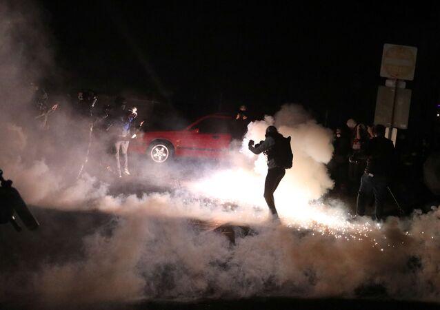 Manifestantes entram em conflito com a Polícia Federal e a Polícia de Portland em uma instalação de Imigração e Fiscalização Aduaneira de Portland, Oregon, EUA, 29 de outubro de 2020