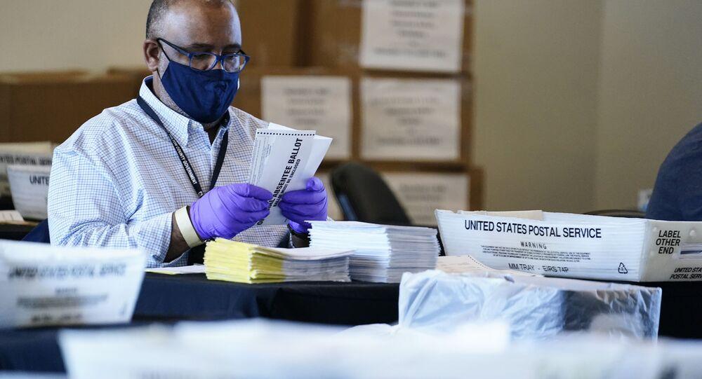Fiscal eleitoral conta votos durante as eleições americanas de 2020 em Atlanta, EUA