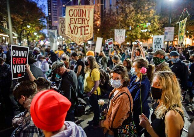 Manifestantes de reúnem na Filadélfia, Pensilvânia, para acompanhar as eleições nos EUA