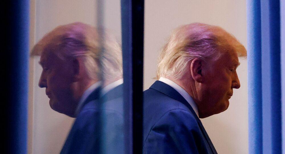 Presidente dos EUA, Donald Trump deixa recinto após realizar discurso sobre supostas fraudes em eleições norte-americanas, Washington, 5 de novembro de 2020
