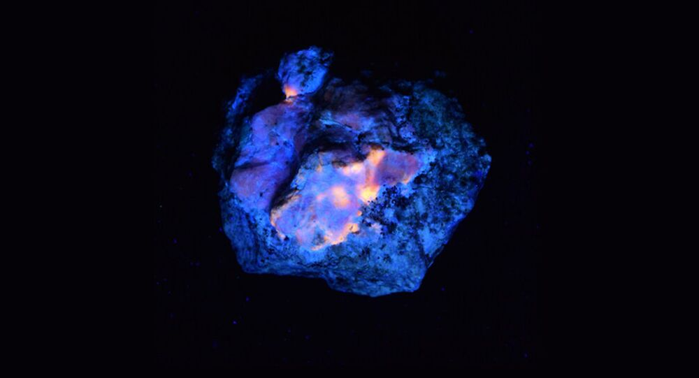 Mineral sodalita, que pode brilhar no escuro