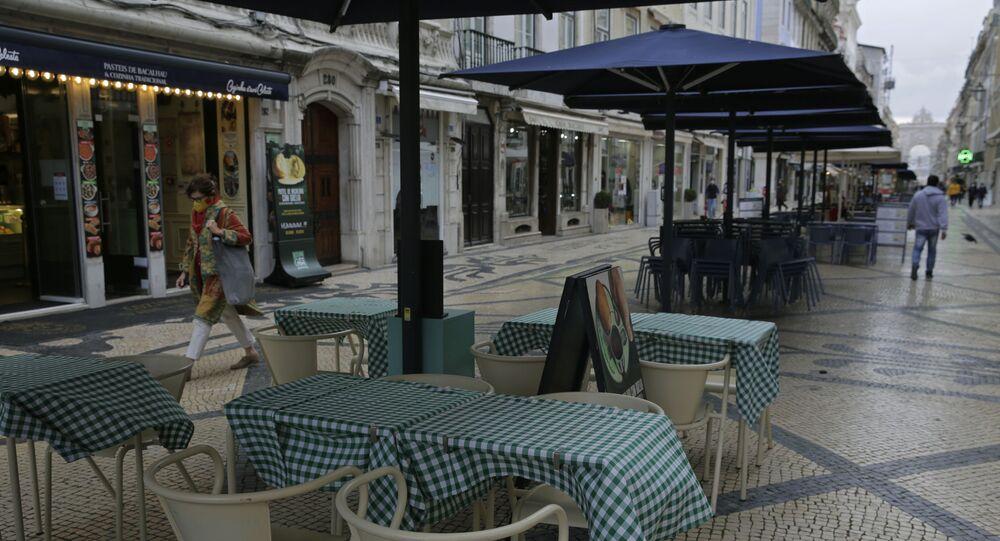 Restaurante em uma rua em Lisboa, em meio às medidas de distanciamento social introduzidas no país por causa da pandemia da COVID-19, 4 de novembro de 2020