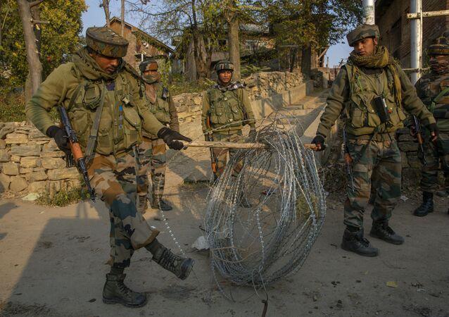 Soldados indianos instalam bloqueio em estrada de Jammu e Caxemira