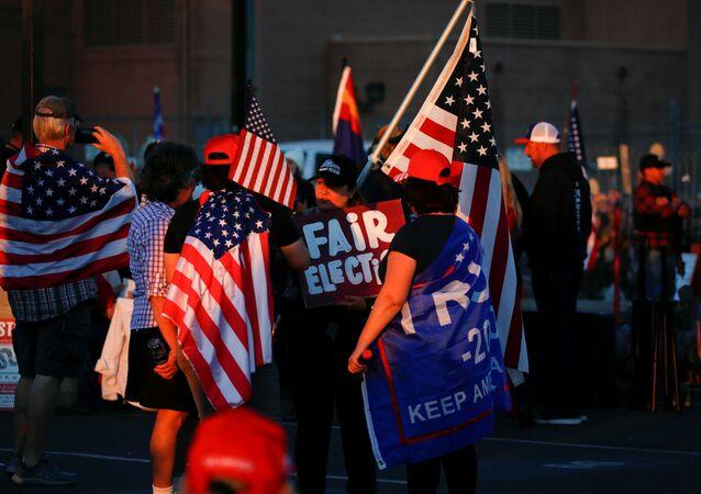 Apoiadores de Donald Trump, presidente dos EUA, se reúnem para um protesto Parem o Roubo após as eleições presidenciais norte-americanas de 2020, em Phoenix, Arizona, EUA, 11 de novembro de 2020