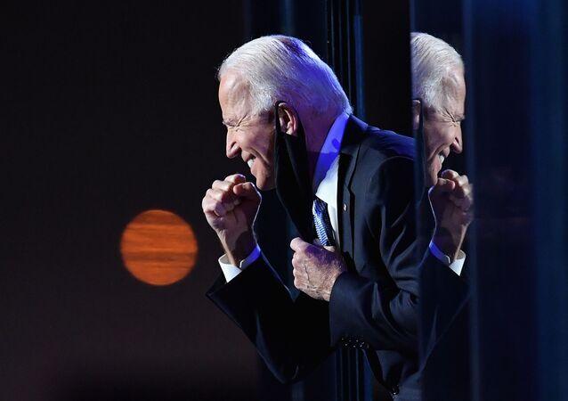 Candidato a presidente dos EUA Joe Biden gesticula para multidão após fazer declarações públicas em Wilmington, EUA