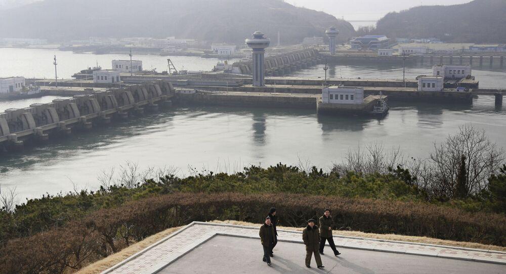 Represa do mar Ocidental em Nampo, Coreia do Norte