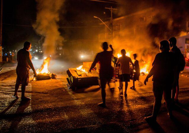 Moradores da capital do Amapá, em Macapá, fazem protestos na noite desta terça-feira, 10, durante apagão que afetou o Estado na última semana. Na foto, ruas são interditadas com fogo em pneus