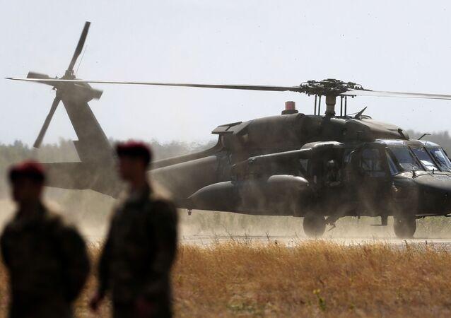Helicóptero UH-60 Black Hawk dos EUA durante exercícios militares na Lituânia