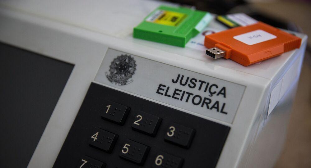 Justiça Eleitoral lacrando e preparando urnas que serão usadas nas eleições municipais (arquivo)