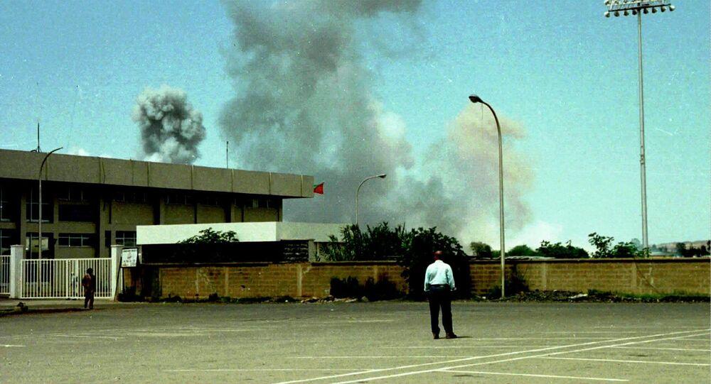 Nuvens de fumaça sobem do aeroporto de Asmara, na Eritreia, após um ataque aéreo (arquivo)