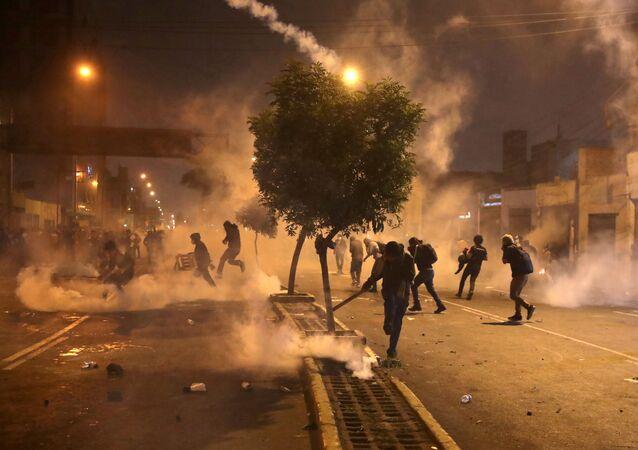 Manifestantes entram em confronto com a polícia em Lima, no Peru, após o impeachment do presidente Martín Vizcarra (arquivo)