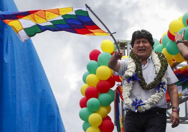 Ex-presidente da Bolívia, Evo Morales, com bandeira durante manifestação de seus apoiadores após retornar ao país