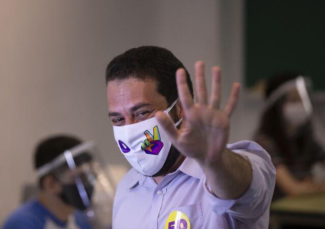 Em São Paulo, o candidato a prefeito, Guilherme Boulos (PSOL), vota na PUC, de máscara devido à pandemia COVID-19, em 15 de novembro de 2020