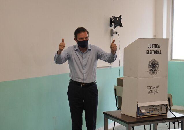 No Rio de Janeiro, o prefeito e candidato à reeleição, Marcelo Crivella (Republicanos), vota de máscara, em meio à pandemia da COVID-19, durante as eleições municipais, em 15 de novembro de 2020