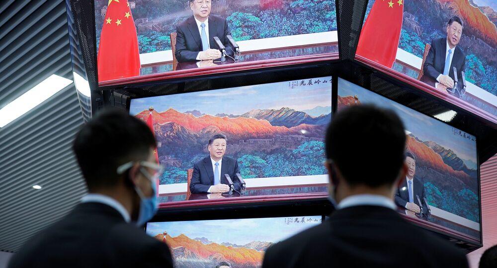 Xi Jinping, presidente da China, é visto falando na cerimônia de abertura da 3ª Exposição de Importação Internacional da China (CIIE, na sigla em inglês) em telas de centro de mídia em Xangai, China, 4 de novembro de 2020