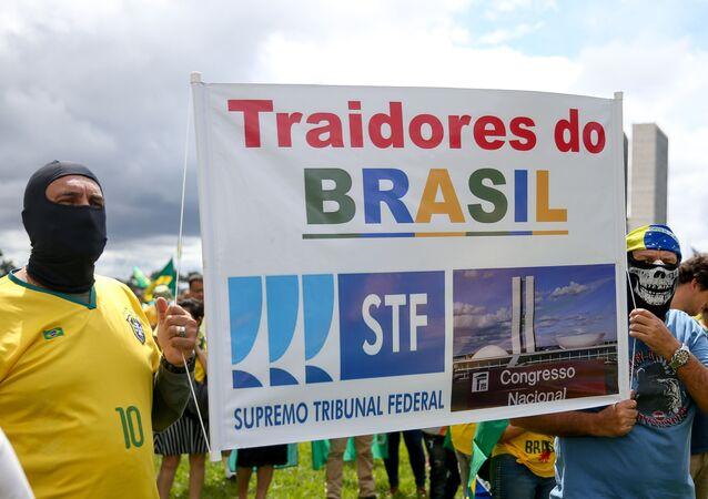 Apoiadores do presidente Jair Bolsonaro fazem protesto em defesa do governo e contra o STF e o Congresso na Esplanada dos Ministérios, em Brasília.