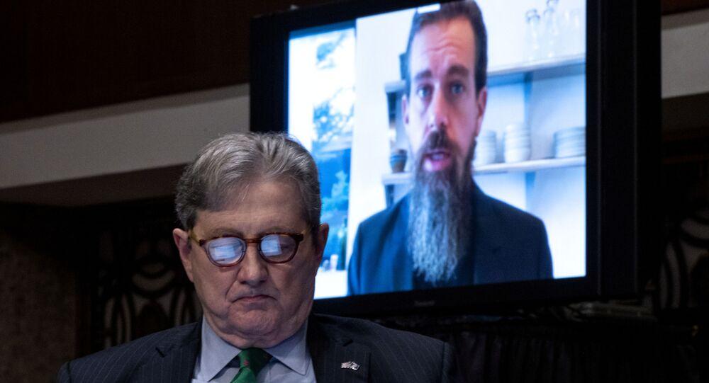 Em Washington, o senador John Kennedy ou de o CEO do Twitter, Jack Dorsey, que testemunha virtualmente durante audiência sobre a atuação de mídias sociais nas eleições presidenciais, em 17 de novembro de 2020