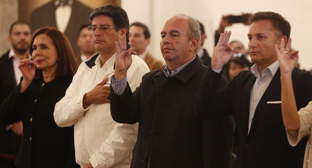 Em La Paz, tomam posse, no governo da então presidente interina Jeanine Áñez, a ministra das Relações Exteriores, Karen Longaric (à esquerda), o ministro da Presidência, Jerjes Justiniano, (segundo da esquerda para a direita), o ministro de Governo, Arturo Murillo (terceiro da esquerda para a direita) e o ministro da Defesa, Luis Fernando López, em 13 de novembro de 2019.