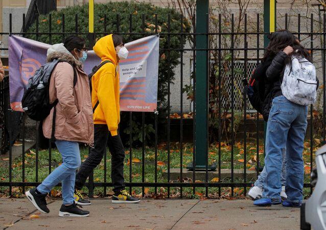 Alunos deixam escola no Brooklyn, em Nova York, em meio à pandemia da COVID-19.