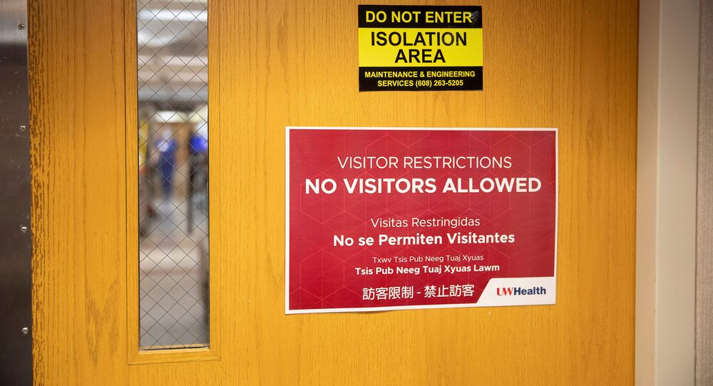 Sinalização na entrada de área em hospital para pacientes com COVID-19 na cidade de Madison, Wisconsin, nos EUA.