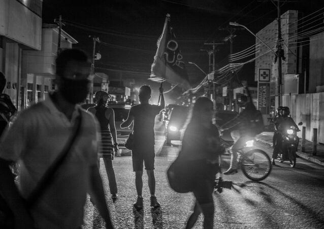 Moradores da capital do Amapá, em Macapá, fazem protestos na noite desta quarta-feira, 18 de noevembro de 2020, durante apagão que afetou o Estado.