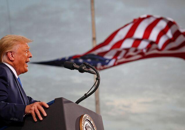 Presidente dos EUA, Donald Trump discursa durante um comício de campanha no aeroporto Cecil em Jacksonville, Flórida