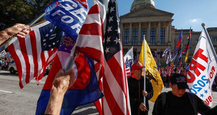 Apoiadores do presidente dos EUA, Donald Trump, protestam contra resultados das eleições presidenciais de 2020
