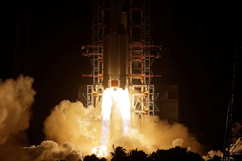 Foguete Long March-5 é lançado do Centro de Lançamento Espacial de Wenchang, na China