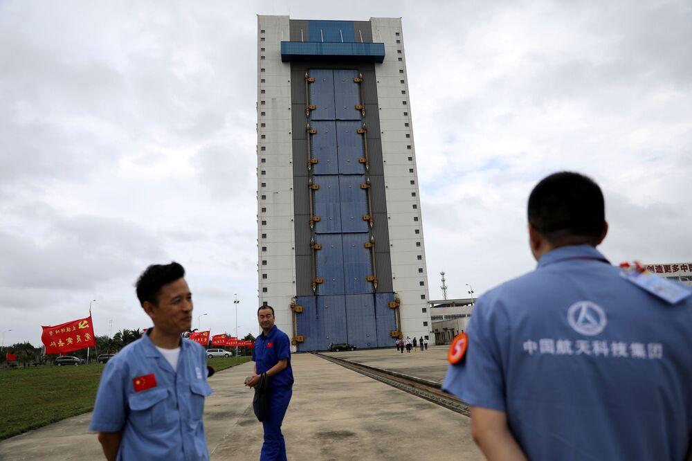 Funcionários e engenheiros chineses antes do lançamento da missão espacial que leva o rover Chang'e-5