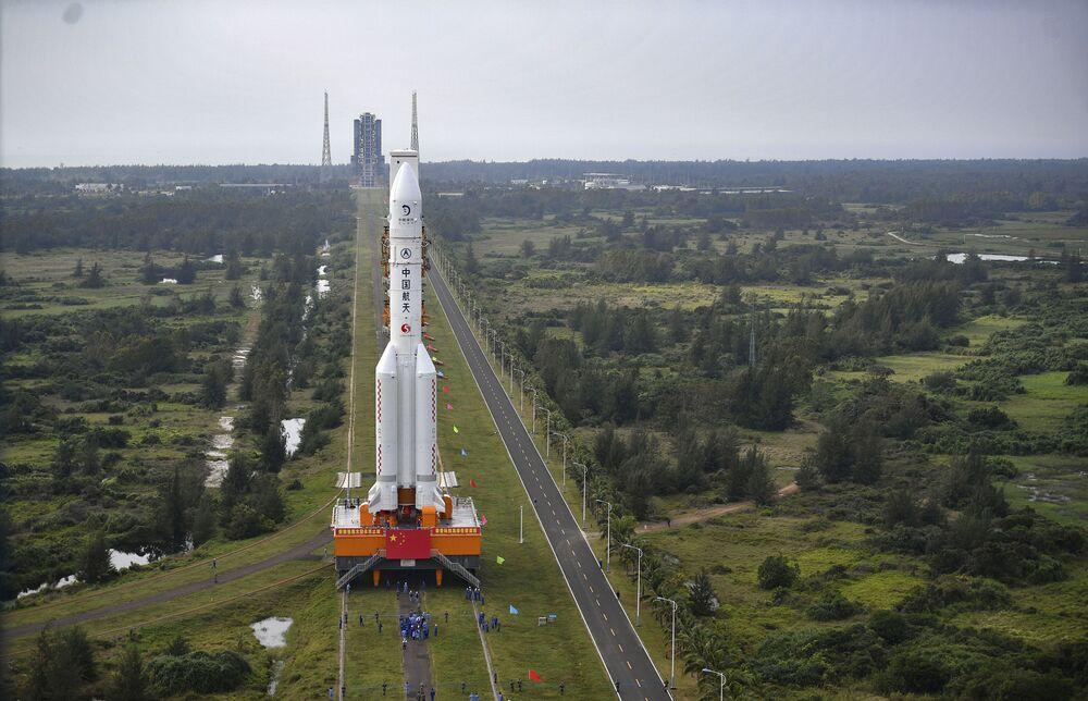 Preparativos para o lançamento do foguete portador Long March-5 da missão espacial lunar
