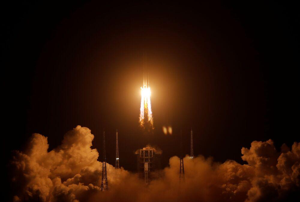 Foguete espacial chinês Long March-5 deixa área do Centro de Lançamento Espacial de Wenchang
