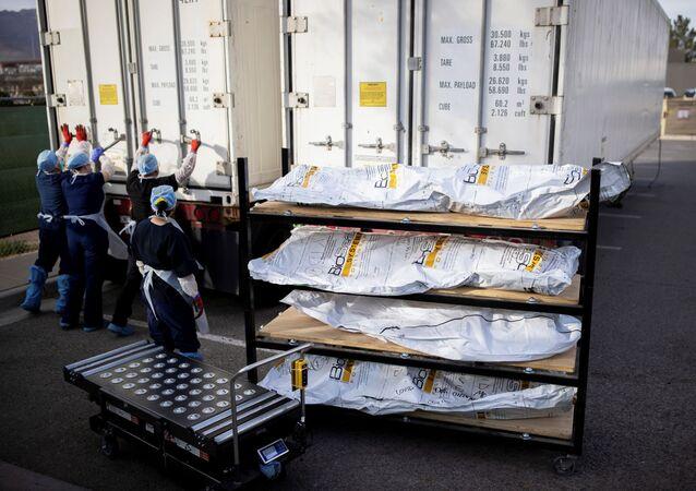 Cadáveres de vítimas da COVID-19 estocados em caminhões frigoríficos na cidade de El Paso, Texas, EUA, 23 de novembro de 2020