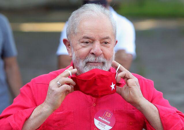 Ex-presidente Luiz Inácio Lula da Silva coloca máscara após votar nas eleições municipais em São Bernardo do Campo, Brasil, 15 de novembro de 2020