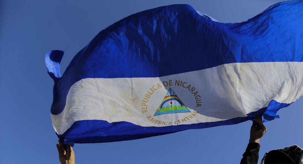 Homem segura bandeira da Nicarágua