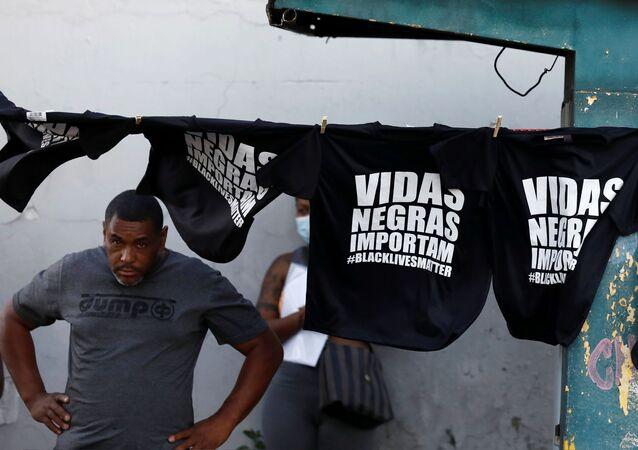 Comerciante vende camisetas durante protestos em repúdio ao assassinato de João Alberto Silveira Freitas, em Porto Alegre, 23 de novembro de 2020