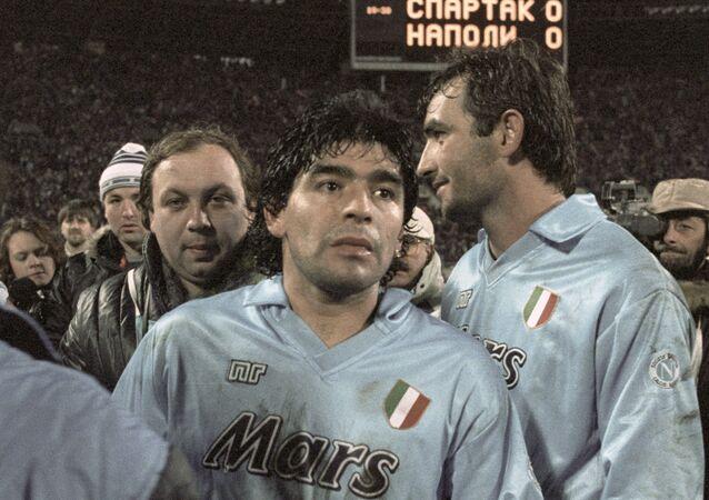 O craque argentino Diego Maradona após uma partida entre o seu clube, Napoli, e o Spartak Moscou em 1990