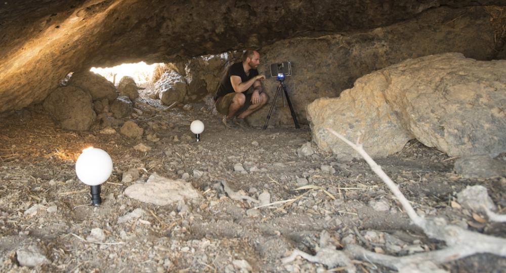 Cientista estuda interior da Caverna Pinwheel com laser, Califórnia, EUA