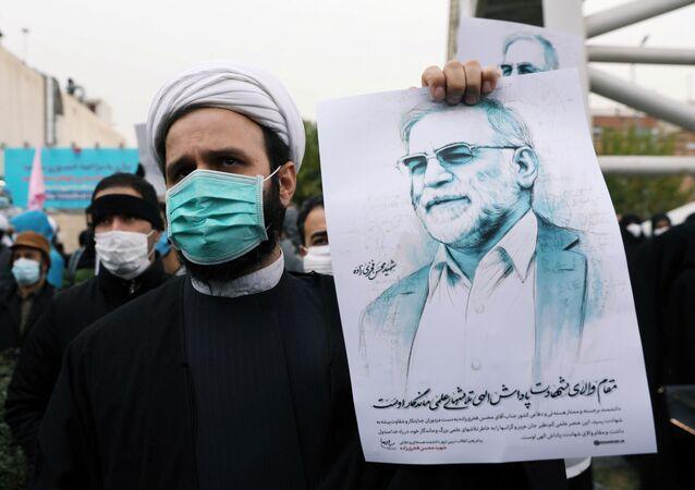 Um manifestante segura uma imagem de Mohsen Fakhrizadeh, um importante cientista nuclear do Irão, durante um protesto contra o seu assassinato