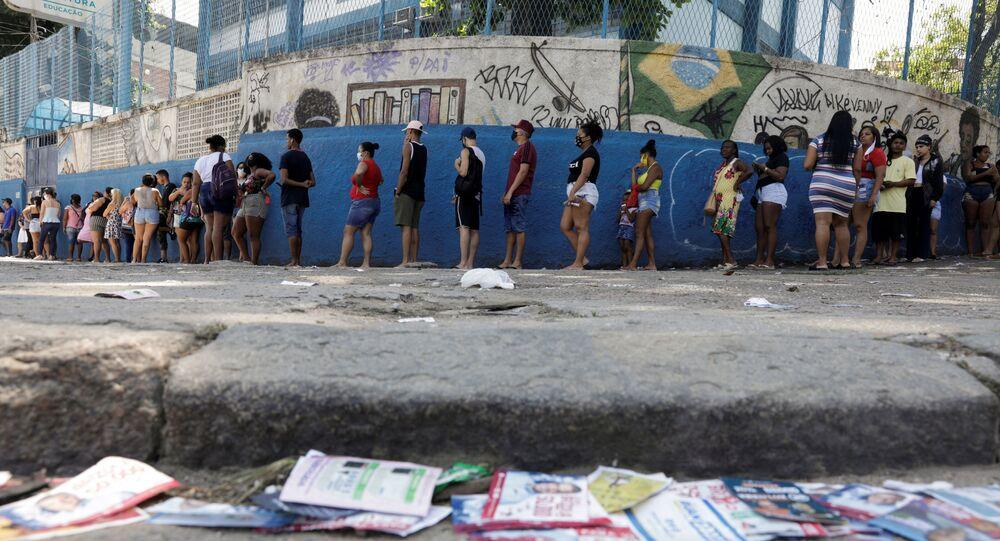 Eleitores esperam em fila para votar no Complexo do Alemão, no Rio de Janeiro