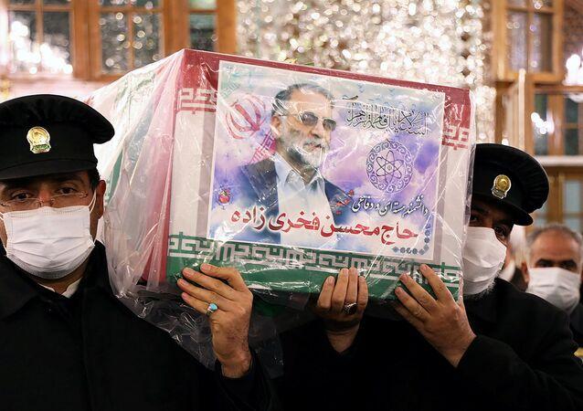 Trabalhadores do santuário sagrado do Imã Reza carregam caixão do cientista nuclear iraniano Mohsen Fakhrizadeh, em Mashhad, Irã, 29 de novembro de 2020