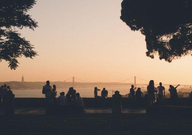 Turistas apreciam vista para a ponte 25 de abril em Lisboa