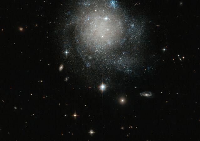 A galáxia espiral UGC 12588 na constelação de Andrómeda