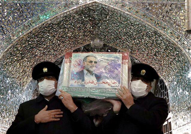 Funcionários da mesquita de Imam Reza carregam o caixão do físico nuclear iraniano Mohsen Fakhrizadeh, em Mashhad, Irã, 29 de novembro de 2020