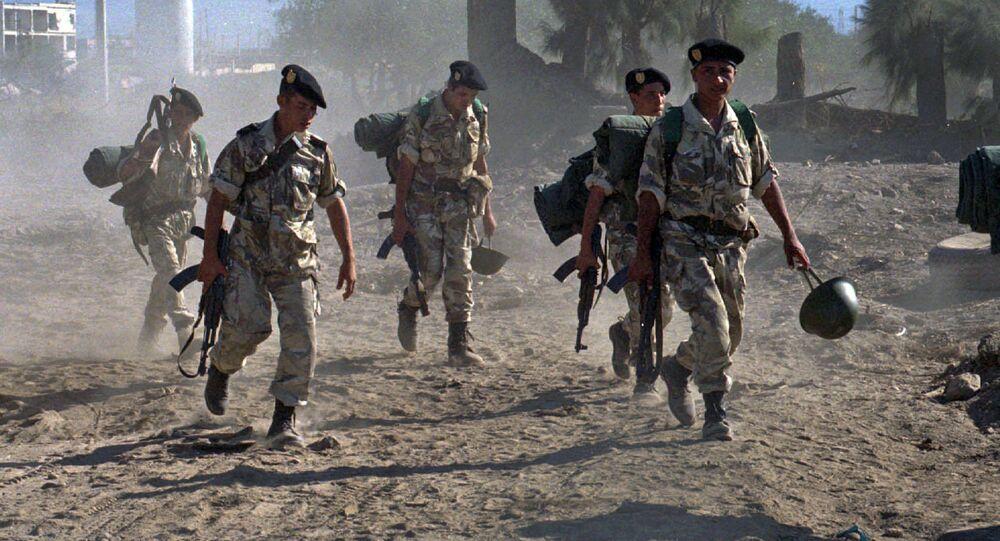 Soldados argelinos durante patrulha em Oued Allel em meio a confrontos com militantes islâmicos armados (arquivo)