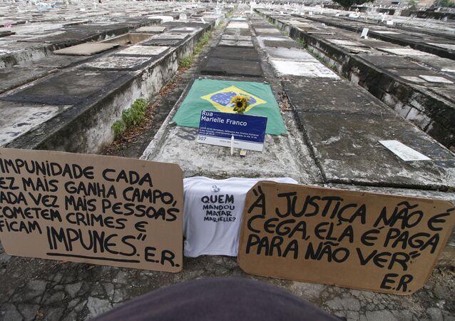 Movimentação no túmulo onde a vereadora Marielle Franco está enterrada, no Cemitério de São Francisco Xavier (Caju), na zona norte do Rio de Janeiro