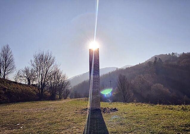 Uma estrutura metálica colocada no monte Batca Doamnei, no norte da Romênia