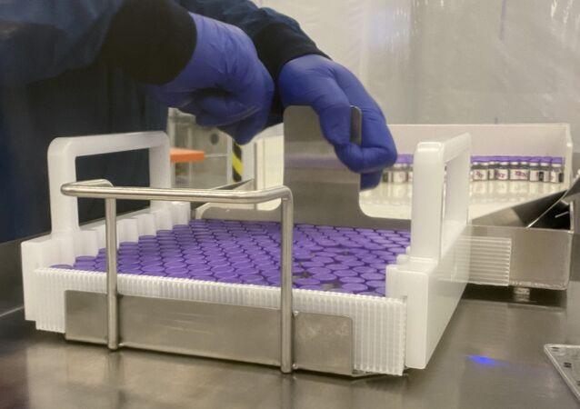 Frascos de vacina contra a COVID-19 da farmacêutica Pfizer durante produção nos EUA (foto de arquivo)