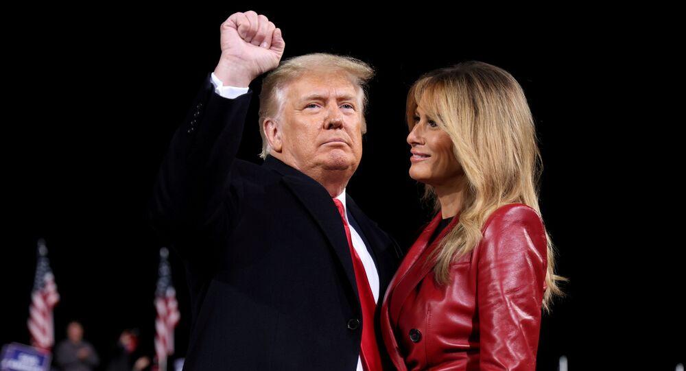 Presidente dos EUA, Donald Trump, e a primeira-dama, Melania Trump, durante comício em Valdosta, Geórgia, EUA, 5 de dezembro de 2020